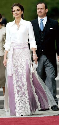 Queen Rania of Jordan at the wedding of Felipe, Prince of Asturias & Letizia Ortiz Rocasolano (Madrid, Spain) Ugly Dresses, Mob Dresses, Pretty Outfits, Chic Outfits, Beautiful Outfits, Royal Fashion, Star Fashion, Women's Fashion, Weird Wedding Dress