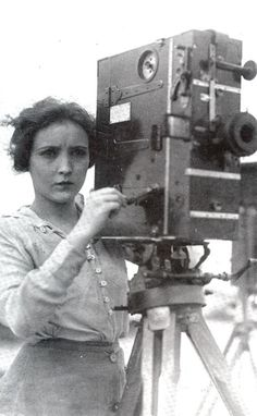Bessie Love behind the camera, scanned from the book From Hollywood With Love, h. Celia Lyons - - Bessie Love behind the camera, scanned from the book From Hollywood With Love, h. Girls With Cameras, Old Cameras, Vintage Cameras, Belle Epoque, Vintage Photographs, Vintage Photos, Bessie Love, Silent Film Stars, Vintage Poster