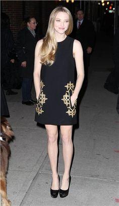 Amanda Seyfried con vestido negro de Michael Kors