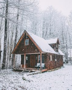 mountain home How Bad Is The Air In Your House? Tiny House Cabin, Log Cabin Homes, Log Cabins, Winter Cabin, Cozy Cabin, Cabana, Arte Cyberpunk, Hunting Cabin, Cabin In The Woods