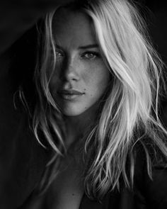 Black and White Portrait Photography: Expert Advice That Helps You Succeed – Black and White Photography Foto Portrait, Female Portrait, Portrait Photography, Photography Lighting, Portrait Shots, Photography Women, Digital Photography, Photography Ideas, Fashion Photography