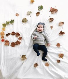 Baby's first year: Fun monthly baby pictures you MUST do! (Pin now, read Baby's first year: Fun monthly baby pictures you MUST do! (Pin now, read later) – Elm Drive Designs - Cute Adorable Baby Outfits Fall Baby Pictures, Baby Girl Photos, Fall Baby Pics, 6 Month Baby Picture Ideas Boy, Autumn Pictures, Baby Kalender, Funny Babies, Cute Babies, Baby Girl Fall Outfits