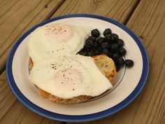 Perfect Fried Eggs from annie's cooking lab Perfect Fried Egg, Perfect Eggs, Fried Eggs, Yummy Food, Breakfast Ideas, Cooking, Lab, Recipes, Foods