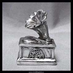Miniatura starého gramofonu jako dekorační soška ve stříbrném provedení s černou patinou.