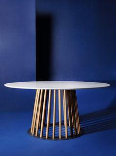 Listones en madera sólida de roble y una base en hierro, sostienen la superficie en mármol carrara de 161cm de ancho, de la mesa Villa. Un diseño de Sergio Vergara para Zientte.