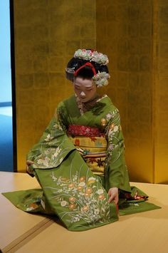 maiko Tomitae Traditional Japanese Art, Traditional Outfits, Kyoto, Rose Embroidery, New York Style, Japan Fashion, Japanese Kimono, Kimono Fashion, Asian Art