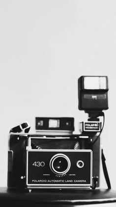 """Een polaroidcamera. Dat is de camera waarmee Rex een foto nam van Saskia toen ze binnenging in het winkeltje van het tankstation. dat was bedoelt als grapje. als onderschrift zou hij zetten. """"total-tankstation met daarin Saskia, enkele minuten voordat zij voor het eerst op de Autoroute zal chauffeuren."""""""