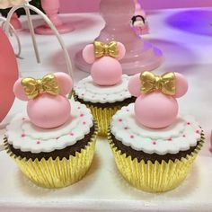 Festa da Minnie: 110 fotos   tutoriais para uma festa incrível Minnie Mouse Birthday Outfit, 1st Birthday Party For Girls, Minnie Mouse Theme, Frozen Birthday Cake, Minnie Mouse Baby Shower, Minnie Cupcakes, Yummy Cupcakes, Brownie Pops, Dessert Buffet