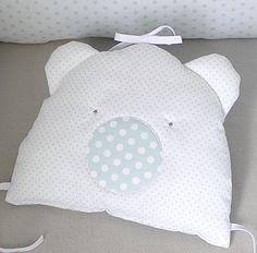 Coussin ourson blanc et bleu à attacher au tour de lit bébé