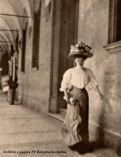 Signora cammina sotto un portico a Bologna, foto da : Bolognachecambia - www.bolognachecambia.it