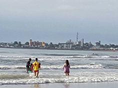 #Cidades: Criança brinca sozinha na praia e quase morre afogada no litoral do Paraná