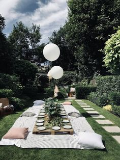 Garden party table setting with pallets Backyard Birthday, Picnic Birthday, Backyard Picnic, 30th Birthday, Outdoor Dinner Parties, Garden Parties, Décoration Baby Shower, Garden Party Decorations, Outdoor Gardens