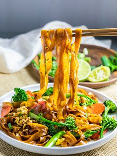 Easy Pad See Ew Thai Noodles. Ready in 20 minutes and better than takeout! Thai flavored stir fried rice noodles in a delicious soy sauce base. Easy one pan recipe. Udon Noodles, Szechuan Noodles, Fried Rice Noodles, Stir Fry Noodles, Egg Noodle Stir Fry, Kimchi Noodles, Asian Noodles, Tofu Stir Fry, Thai Stir Fry Sauce