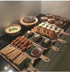 Präsentationsidee mezzt - - The Effective Pictures We Offer You About wedding catering sandwiches A quality picture can tell you many things. Party Food Platters, Ramadan Recipes, Ramadan Food Iftar, Ramadan Sweets, Eid Food, Ramadan Gifts, Food Decoration, Aesthetic Food, Food Design