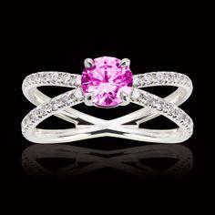 Bague en or 18K (3,8 g), saphir rose rond, pavage diamants