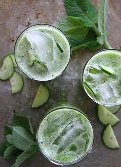 13 tolle Rezepte für Gin-Cocktails die Deinen Sommer retten! Unser Favorit ist diese Gin-Gurken-Variation mit frischer Minze. Dieses grüne Sommergetränk sieht nicht nur unglaublich toll aus, sondern erfrischt auch ungemein. Ein toller Aperitif für Deine nächste Gartenparty. Eine Auswahl an besonderen Ginsorten kannst Du bei uns im Shop online bestellen: https://gegessenwirdimmer.de/produkt-kategorie/kaffee-tee-und-getraenke/#gin-und-vodka