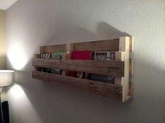 Houten lectuur wandrek van gebruikt hout.