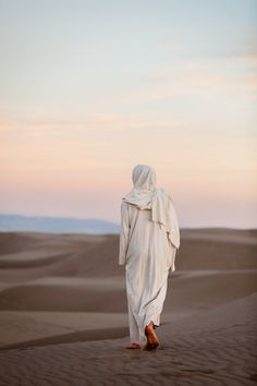 Footprints in the Sand - Fine Art Photography - Jesus Christ walks through the sand on a warm, summer evening as the sun sets Jesus Christ Lds, Jesus Art, God Jesus, Savior, Alone Photography, Images Of Christ, Jesus Pictures, Pictures Of Christ Lds, Jesus Pics