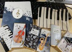 Während draußen der Regen plätschert, tippen manche auf der Tastatur, manche auf den Tasten und alle darauf, daß mit einem kleinen Stück Schokolade alles besser wird. #buchhandlungintu #intubuchhandlung #intubooks #schokolade #schoko #klavierspielen #klaviertasten #keyboard #keyboards #saxofon #saxophone #saxofonista #geige #geigespielen #gitarre #blashorn #notizbuch #computertastatur #schokoladeessen #intupapierhandlung #papierhandlung #INTUpaper #tuwien #tuwienchor #chor #Chor #Chöre #Mu Saxophone, Turntable, Music Instruments, Piano Games, Easel, Girlfriends, Notebook, Record Player, Musical Instruments