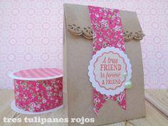 Tres Tulipanes Rojos: Envolver regalos con bolsitas de papel kraft