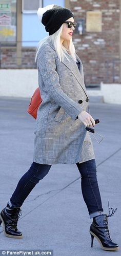 5b46adec399 Pregnant Gwen Stefani keeps up rock-chick image with high-heeled boots