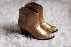 Barbies lost gold boots no? Luv them just cuz! Clothes Horse, Diy Clothes, Glitter Toes, Gold Glitter, Shoe Closet, Shoe Bag, Asos Boots, Bootie Boots, Ankle Boots