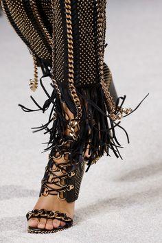 Balmain Spring 2018 Ready-to-Wear Collection Photos - Vogue Balmain, Fashion Tips For Women, Fashion Advice, New Fashion, Fashion Show, Womens Fashion, Vogue Paris, Runway Shoes, Designer Heels