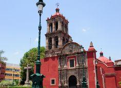 Fachada principal del Hospitalito en Irapuato.