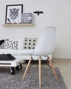 Eames, Fine Little Day, Pia Wallen, Story North. Home Living Room, Apartment Living, Living Spaces, Beautiful Interior Design, Beautiful Interiors, Living Room Inspiration, Home Decor Inspiration, Style At Home, Love Your Home