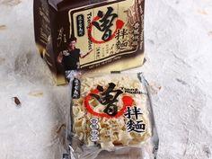 これ、リピ決定の台湾土産。本当に美味しくってビックリしました。 曽拌麺 4個/168元(購入時のレートで約630円) 私は台湾のインスタント麺はそこまで好きじゃないけど、これは別モノ。 インスタント麺とは思えないほど美味しいです! 曽さんって芸能人がプロデュースしたようですね。 ■どこでも売っている商品ではない! コンビニには置いていないし、一部のスーパーでしか買えないようです。 私はチェーン展開している『新東陽』で購入 台湾土産のお店ですね。 アチコチに店舗がありますが「松山空港」地下の店舗にも置いてありました。 あとは『コストコ』で売っていて、『頂好超市 / ウェルカム』は店舗によるみたい。私が行った『ウェルカム』にはありませんでした。 迪化街にもショップがあるようですね。 いろいろな味を展開! 一番人気の「香葱椒麻」味を購入。 バラ売がなく、4個セット 1個/42元(約160円) 袋を開けるとこんな感じ↑で入っています。 ■作り方は簡単! 開封すると、麺と調味料が2種類入っています。 黒い調味料が醤油ベースで、赤いのはラー油。 ラー油を全部入れると、か