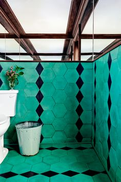 Petit Trois's Turquoise Bathroom We can't get this turquoise and black geometric tile, chosen by our editor-at-large Estee Stanley for the bathroom of L. restaurant Petit Trois, out of our minds. Tuile Turquoise, Turquoise Tile, Turquoise Bathroom, Bathroom Colors, Funky Bathroom, Turquoise Room, Bathroom Black, Modern Bathroom, Restaurant Interior Design