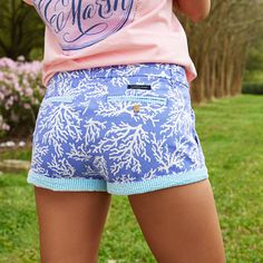Perfect for catching rays when the sun is out, the Brighton Printed Short is as ready for spring as you are. Made of our ultra soft, long staple cotton and with a small amount of spandex, it is featur Printed Shorts, Patterned Shorts, Preppy Outfits, Cute Outfits, Spring Summer Fashion, Spring Outfits, Preteen Girls Fashion, Preppy Men, Prep Style