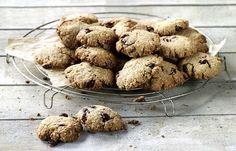 225 g havermout 100 g kokospoeder 100 g zachte veenbessen 200 g tarwebloem 10 eetl. vloeibare honing 2 eetl. olijfolie 1 koffiel. kaneel