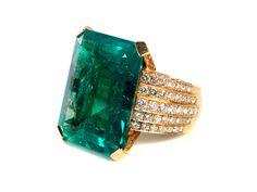 Ringweite: 57. Gewicht: ca. 23,9 g. GG 750. Beigefügt ein Befundbericht von DSEF Nr. 024726 vom August 2015. Prächtiger Ring mit intensiv grünem, achteckigem...