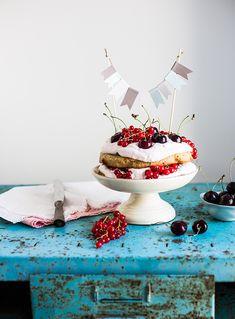 Lagkage med hindbær og saltet dadelkaramel (gluten-free layer cake with raspberries, recipe in Danish from The Food Club blog)