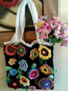 Bolsa, tipo sacola, 50x40x10, alça 60cm, forrada, bolsos internos, tecido 100%algodão na cor de sua preferência. Aplicação de flores em crochê.