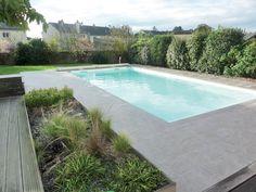 Piscine coque polyester - Fabrication française - Excel Piscines - fond incliné - piscine rectangulaire - contour margelles grises