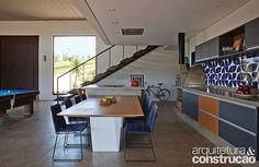 Na cozinha desta casa de fim de semana, a mesa de jantar paralela à bancada da cozinha permite que as pessoas transitem com conforto por ali. Escondida, a coifa fica embutida no forro de gesso, deixando o ambiente visualmente livre. Projeto: EF Arquitetura (@efarquitetura) com design de interiores do Studio ArquitetUras (@studio_arquiteturas).📷: Luis Gomes.    #cozinhaintegrada #kitchen #arquitetura #architecture #architecturelovers #efarquitetura #studioarquiteturas #revistaaec