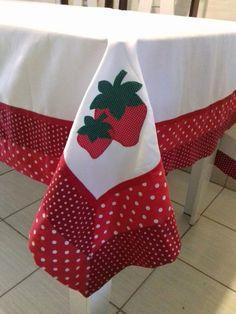 Suas refeições com estilo e elegância, assim será com essa toalha de mesa… Fabric Crafts, Sewing Crafts, Sewing Projects, Christmas Embroidery, Hand Embroidery, Fabric Flower Brooch, Mug Rugs, Table Toppers, Applique Designs