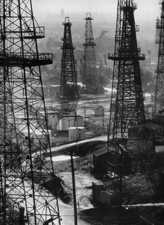 Forest of wells, rigs and derricks crowd the signal hill oil fields by Andreas Feininger. See the original picture here. Oilfield Trash, Oilfield Life, Bauhaus, Black Hills Gold, Black And White, Black Gold, Oil Rig Jobs, Signal Hill, California History
