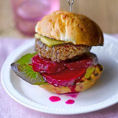 Gegrilde hamburger met cheddar en rode bietjes recept - Jamie magazine