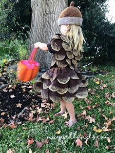 Pine Cone Halloween Costume DIY tutorial and pictures - - My 3 year old decided that she wanted to be a pine cone for Halloween. I had no other option that to DIY my own pine cone Halloween costume. Halloween Costumes To Make, Halloween Looks, Halloween Kids, Halloween Crafts, Halloween Decorations, Halloween Party, Halloween Pictures, Couple Halloween, Diy Toddler Costume