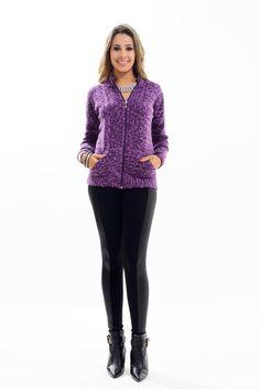 Jaqueta confeccionda em tricot, manga longa e fechamento por zíper.  A peça além de ser confortável é super versátil. Uma dica é combinar a peça com alguns acessórios bacanas para deixar o look mais alegre!