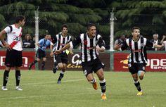 Delirio. Faguaga celebra el gol que abrió el marcador, tras su tremendo zurdazo.