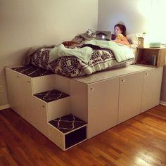 © handydad.tv Nein, hierbei handelt es sich nicht um eine maßgeschneiderte Spezialanfertigung. Tatsächlich wurden bei diesem DIY Projekt mehrere Küchenschränke unseres Lieblingsschweden Ikea verwendet. Auf die erhöhte Plattform gelangt man über eingebaute Stufen im Bett, welche durch die unterschiedlichen Größen der Regale entstehen.