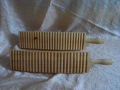 Это рубель, инструмент, который в старину применяли для глажки белья. А сейчас применяют для валяния толстого войлока, сумок, тапок и т.д.