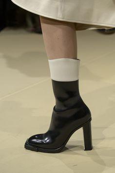 Alexander McQueen Fall 2018 Fashion Show Details - The Impression - https://sorihe.com/zapatosdemujer/2018/03/07/alexander-mcqueen-fall-2018-fashion-show-details-the-impression-4/ #shoeswomen #shoes #womensshoes #ladiesshoes #shoesonline #sandals #highheels #dressshoes #mensshoes #heels #womensboots #womenshoesonline #buyshoesonline #cheapshoes #cheapshoesonline #walkingshoes #silvershoes #ladiesfootwear #shoeshops #ladiesshoesonline #goldshoes #platform shoes #onlineshoestores…