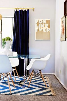 Un salón en colores blanco azul, ocre y dorado (el de la fundadora de OhJoy!) · A gorgeous blue, white