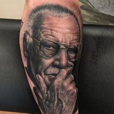 Tattoo Stan Lee realista feita pelo artista @camilotuero que atende no Studio @monstershousetattoo em Moema. Faça já seu orçamento: (11) 981304777 (11) 50937134 #tattoo #realismo #camilotuero #monstershouse