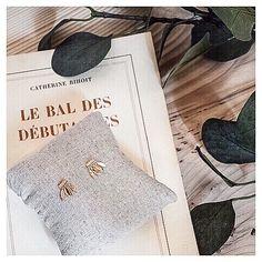 Bien au Chaud // Boucles d'Oreilles DELPHIN sur leur joli coussin🌿  Belle soirée ✨  #bijoux #bouclesdoreilles #earrings #or #gold #jewels #bijouxcreateur #boheme #boho #bohostyle